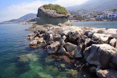 K moři v Lacco Ameno